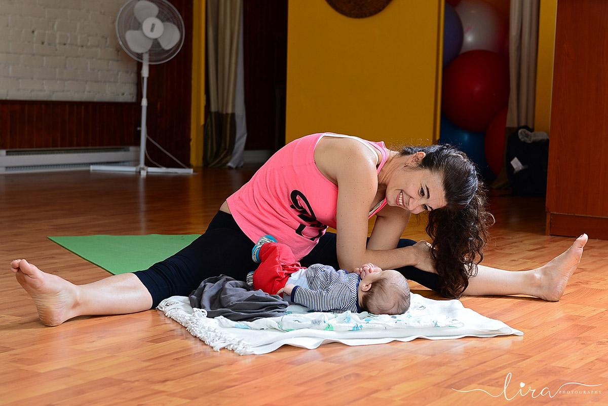 Yoga postnatal maman et bébé